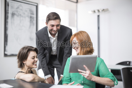empresaria que muestra tableta digital a