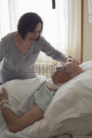 mujer mayor que cuida para el