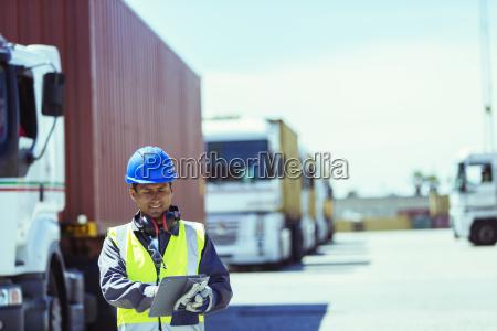 trabajador con tableta digital cerca de