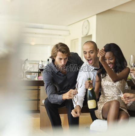 amigos de apertura botella de champanya