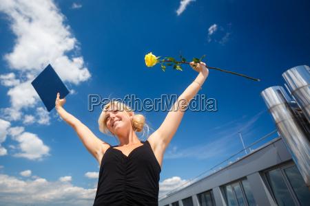 bonita jovencita celebrando alegremente su graduacion