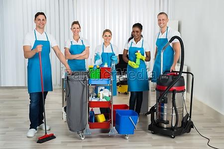 limpiadores con equipos de limpieza en