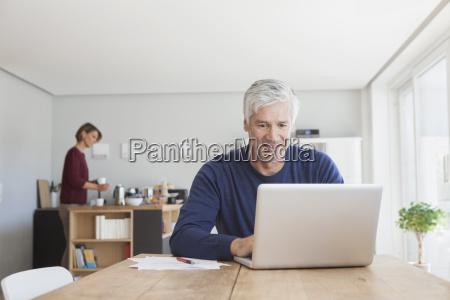 hombre maduro usando la computadora portatil