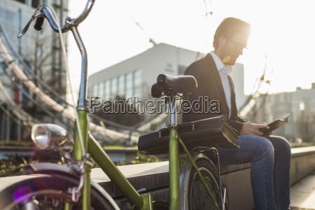 alemania frankfurt joven empresario con bicicleta