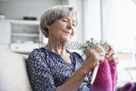 retrato de tejer mujer senior sentado