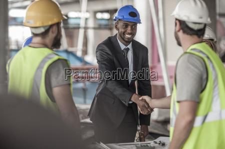 trabajador de la construccion y ejecutivo