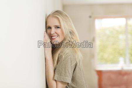 retrato de mujer joven sonriente apoyado