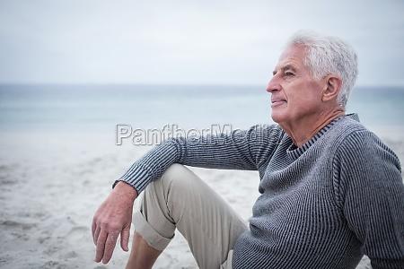pensado hombre retirado sentado en la