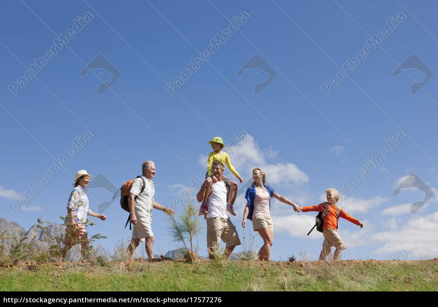 caminata, familiar, de, múltiples, generaciones, en - 17577276