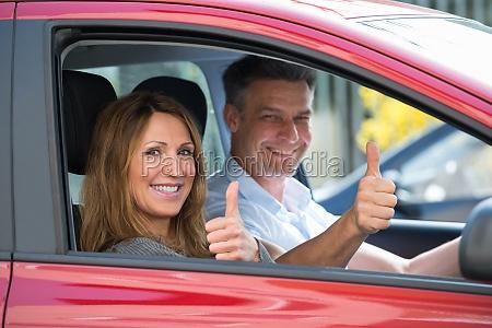 pareja sentada en el coche