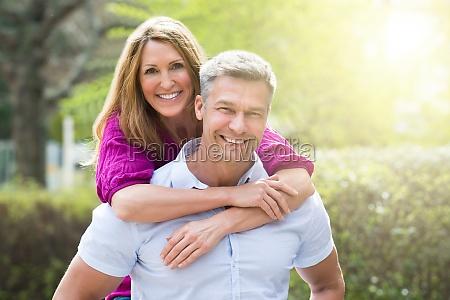 retrato de la pareja feliz