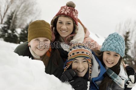 nieve de invierno cuatro ninyos agrupados