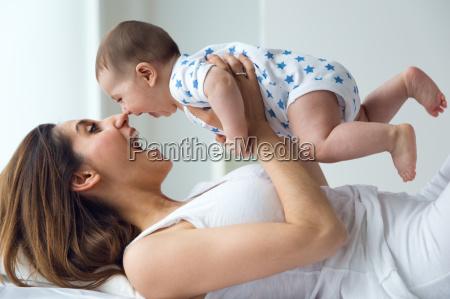 madre y bebe jugando y sonriendo