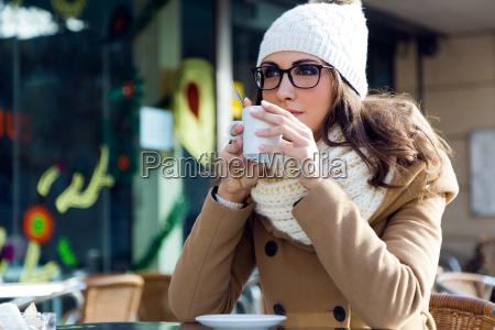 retrato de joven hermosa mujer bebiendo
