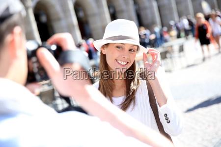 mujer risilla sonrisas ir paseo viaje