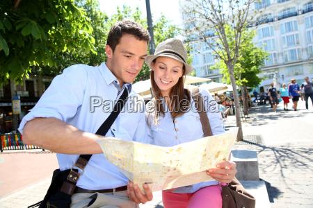 pareja en la plaza de santa