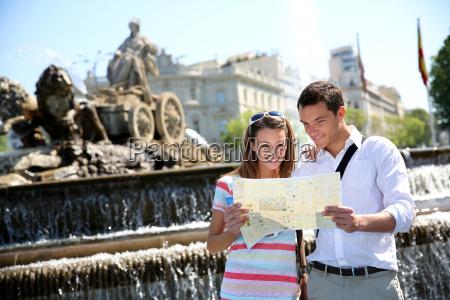 un par de turistas leyendo mapa