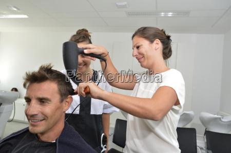 mujer mujeres profesor trabajo peinado cepillo