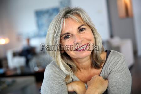 retrato de mujer madura atractiva y