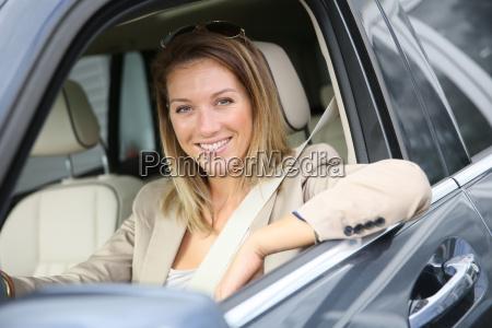 mujer alegre en la ventana del