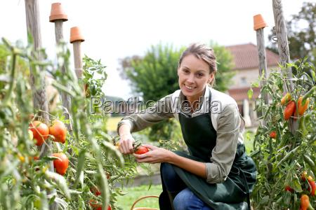 mujer en el jardin de la