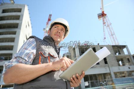 emprendedor en la obra usando tablet