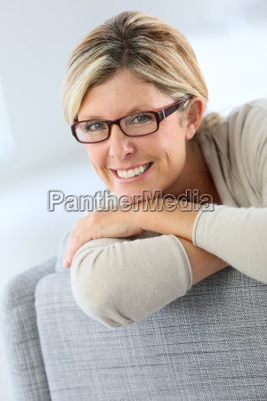 retrato, de, mujer, madura, vistiendo, anteojos - 17826040