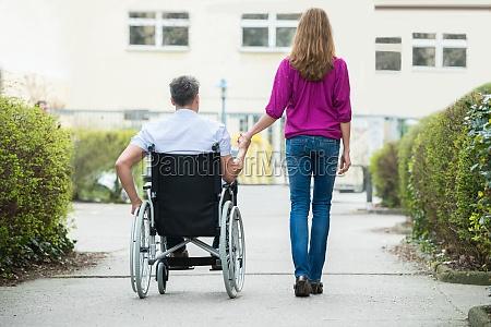 mujer silla de ruedas ir sentarse