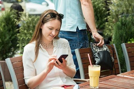 mujer telefono robo salteador de caminos