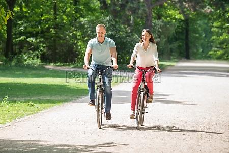 activo medio bicicleta jovenes par neumatico