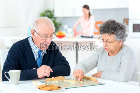 pareja de ancianos jugando un juego