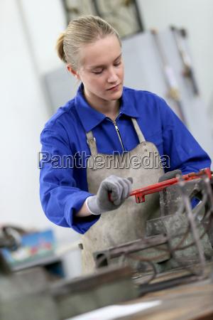 mujer joven estudiando ironworks en la
