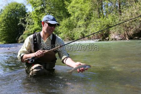 pescador en el rio captura de