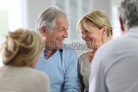 pareja que asiste a terapia grupal