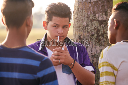grupo de adolescentes muchacho que fuma