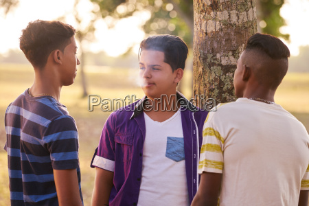 adolescentes en park boy fumar cigarrillo