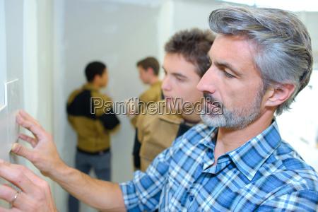 profesor con estudiantes de artesania