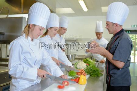 chef viendo aprendices en el trabajo