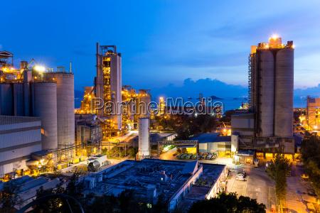 edificio industrial de cemento al atardecer