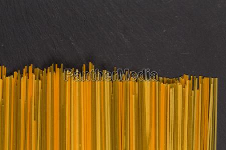 un monton de pasta italiana cruda