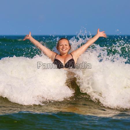muchacha y onda del mar