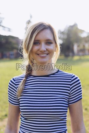 retrato de mujer rubia sonriente usando