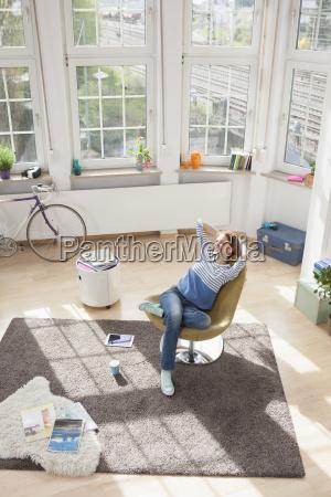 mujer relajada en casa sentada en