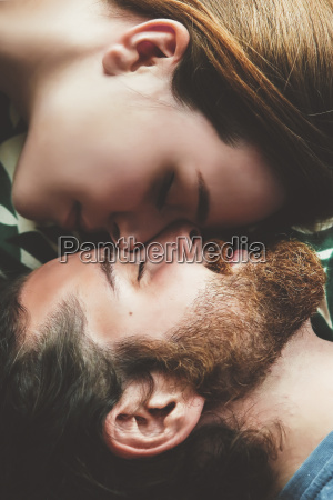 pareja joven enamorada relajante cabeza a