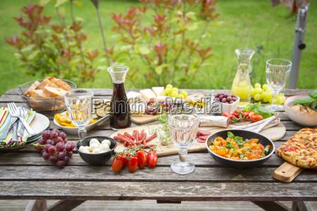 variedad de antipasti mediterraneo en mesa
