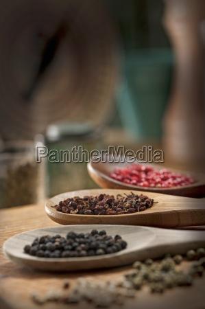 varios tipos de granos de pimienta