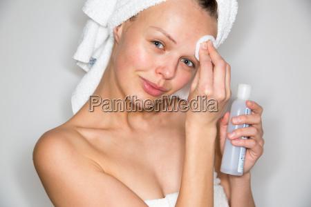 hermosa mujer morena quitando maquillaje de