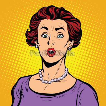 mujer sorprendida con un collar de