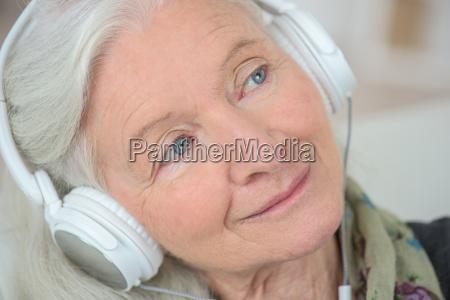 abuela escuchando musica