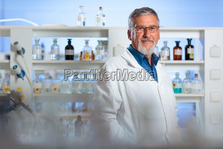 profesormedico de quimica senior en un